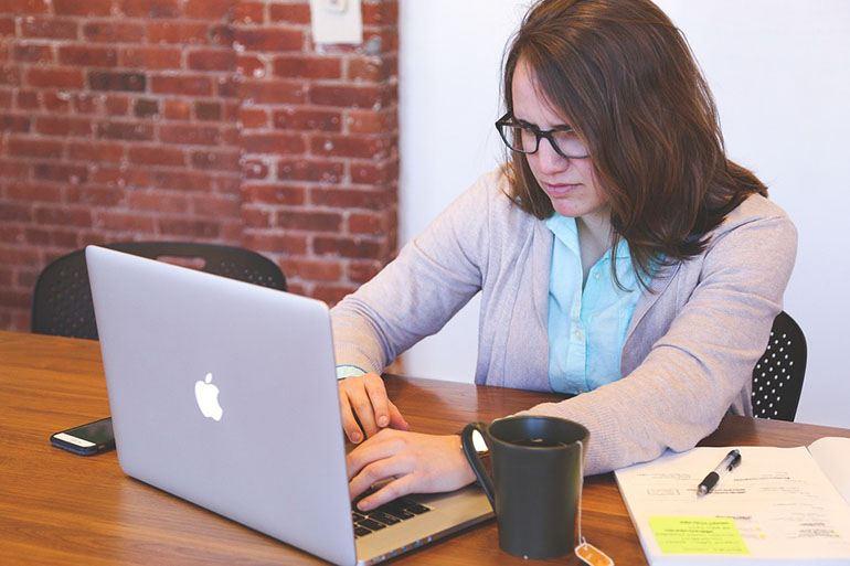 студентка работает за ноутбуком